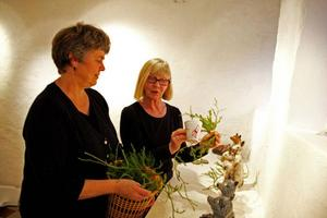Kerstin Staake och Annika Persson jobbar med att ställa i ordning jultemat i lokalerna, det blir både figurer, sparkkoppar, små och stora djur och annat spännande.