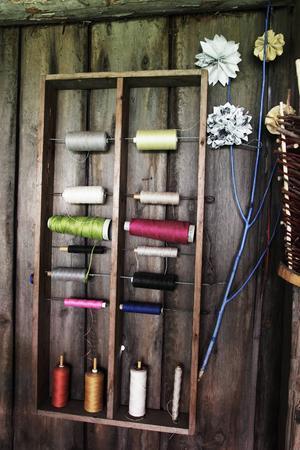 Trådar i olika färger fanns att tillgå.
