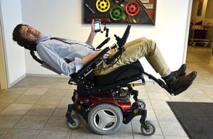 Johannes Berggren visar Permobils nya produkt Virtual Seating Coach, en app som gör att användaren byter ställning i stolen för att förhindra sittsår.