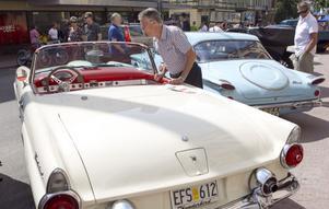 En av de som stannade till för att inspektera de parkerade bilarna var Hasse Wiklund från Näsviken. Favoriten var en gräddvit Ford thunderbird från 1955.- Den är väldigt vacker, en klassiker. Jag har ju växt upp med femtiotalarna så jag kan allt om dem, säger han.