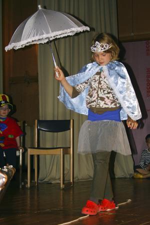 Lindansös. Lina Eriksson, 9 år, var ett av barnen som intog scenen under cirkusföreställningen.