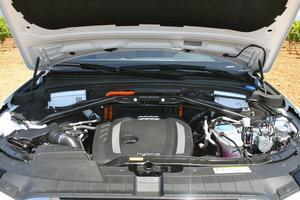 2,0 TFSI bensinmotor i kombination med en elmotor ger totalt 245 hästkrafter.