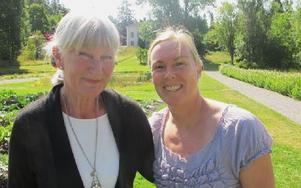 Lotta Örtendahl och Katarina Andersson i barockträdgården vid Gamla Stabergs gård. Foto: Roland Engvall