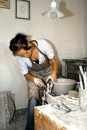 Tidsödande. Sandra Danielsson arbetar med att färdigställa en kruka från lergods. Det tar lång tid att bli en skicklig keramiker, men Sandra har siktet inställt på att lyckas. Som läromästare har hon farfar Karl-Herbert.