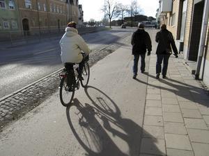 Tre slingor med gång- och cykelbanor kan sopsaltas i ett treårigt försök.
