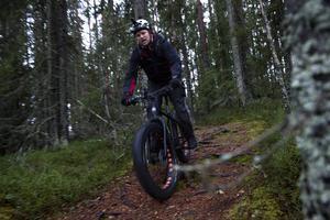 Fatbike-entusiasten Lars Edblom cyklar utför en av skogsstigarna i Gullvik.