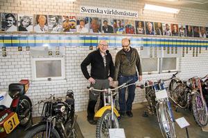 Lennart Andersson och Tommy Lindgren på mc-museet Gyllene hjulet i Surahammar. Bakom dem syns världsmästarväggen.