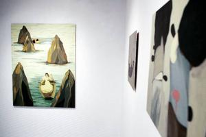 Camilla Engmans suggestiva måleri bjuder in till djupanalys och symboltolkning. Hon ställer ut på Galleri Remi till och med 28 november.
