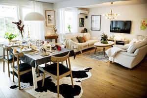 Efter en stor renovering har entréplanet fått en öppen planlösning där vardagsrum, matrum och kök hänger ihop.