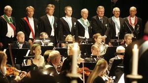 EGEN DIRIGENT. Symfonikerna stod för en del av underhållningen under jubileumsföreställningen, dirigerad av en av bröderna, Stellan Alneberg.