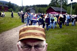 Regnskydd. Hjort Melvin Höglund hade förberett sig för hällregn i sin egentillverkade keps av näver.