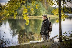 Att vara en del av naturen är en mäktig upplevelse, säger Joakim Guvelius. När han äter kött vill han vara med hela vägen, från skottet i skogen till tallriken på matbordet.