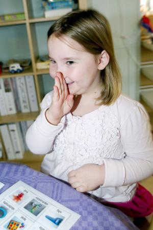 Ida Cederholm-Granlund tränar stödtecken samtidigt som hon har kul med memoryspelet.