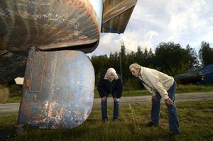 Vad har vi här då? Lennart Kroon och Hans Norén, närmast kameran, kollar in en gammal skuta som i många år stått under bar himmel och rostat. Men vem som äger båten, vet inte föreningen.