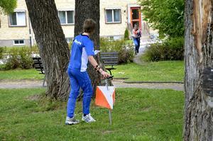 Parkkontroller. I Parken framför församlingshemmet fanns två kontroller. Här stämplar en Hagabylöpare medan en annan från KFUM Örebro är på ingång.