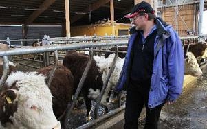 – Jag förstår inte hur politikerna tänker, jag tror inte att de vet hur deras beslut slår ute på gårdarna, säger Lars Johansson. FOTO: EVA HÖGKVIST