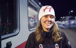 Ulrica Dahlqvist som är chef för Destination Inlandsbanan AB vinkade av resenärerna på perrongen.