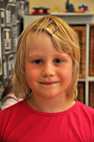 Moa Larsson, 6 år, förskoleklassen:– Det ska bli roligt. Jag längtar till vi får vara ute på skolgården och leka.