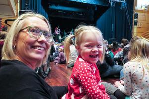 Anny Wennberg var på julgransplundringen med sin mamma Sara Grönlund. Även pappa Benny Wennberg var där, men inte med på bild.
