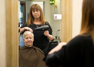 Margareta Westin får håret fixat av Carina Gregor som har sin licens på spegeln.