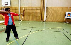Thomas Widlund, simtränare för funktionshindrade inom Frösö IF, testade bågskytte.