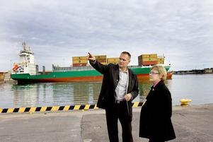 VISNING. Infrastrukturministern Åsa Torstensson visades runt av hamnens marknadschef Ulf Wiik.Foto: Håkan Selén