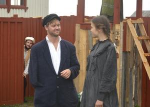 Natan (Viktor Ådahl) är inte den skötsamme man som en arbetarflicka bör bli kär i. Ändå har Bricken (Saga Nordén Hagberg) starka känslor för honom.