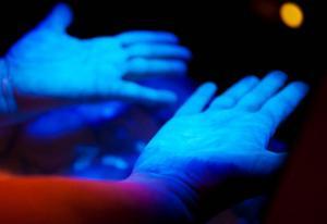 Med flourocerande handsprit och dito lampa kan man lätt se om händerna är ordentligt spritade.Trots ett noggrant spritande visar dessa händer flera ställen där det har fuskats
