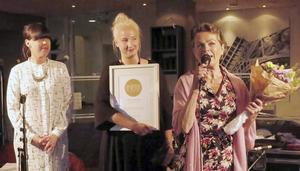Anna Lundqvist och Anna Berglund från Impra tillsammans Ewa Olofsson Lindblom från Bollnäs Jazz Club som tackade för priset.