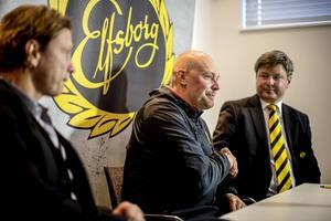 Klas Ingesson skakar hand med Elfsborgs ordförande Bosse Johansson, uppväxt i Sveg, under en presskonferens på Borås Arena där han blev klar som ny chefstränare för Elfsborg. Till vänster klubbdirektören Stefan Andreasson.
