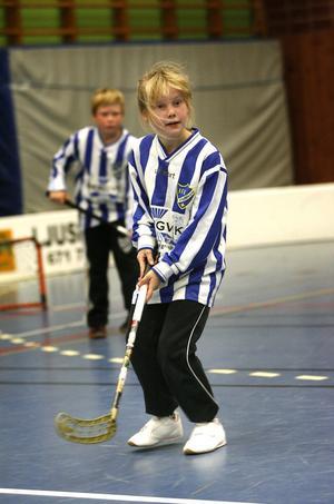 Emma Hedberg i IFK Bergviks lag 2 var en av många innebandysugna lirare då Gluggens IF bjöd in till Knatteligan i Ljusnes sporthall.