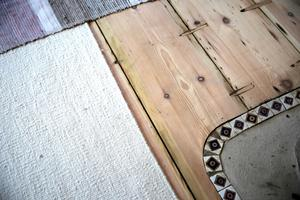 Det ursprungliga trägolvet i sovrummet har slipats och skurats flera gånger med linoljesåpa.