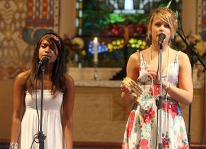 Emma och Karin sjöng till gitarrkomp Abba-låten,