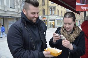 Korvsemlan väcker uppmärksamhet, när Lennie Hansson provar kommer det fram några och fotar bakverket.