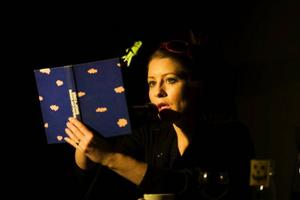 """Tove Olsson gör huvudrollen i Västerbottensteaterns """"Bitterfittan"""", en pjäs baserad på en av de senaste årens mest uppmärksammade och omtalade böcker.Foto: Patrick Degerman"""