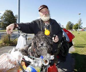 – Jag har haft fyra hjärtinfarkter, så det gäller att ta det lugnt, säger Sepp på sin resa mot Brunflo.Hunden Blacky sitter på sin plats i cykelkorgen.