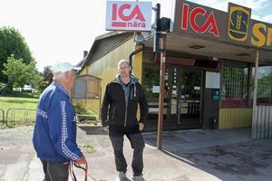Kim Källs växte upp i Kyrkbyn i Stora Skedvi och har sitt hjärta här. Därför han kämpat för att öppna en butik här igen. Vilket uppskattas av bland annat Erling Karlsson på bilden.