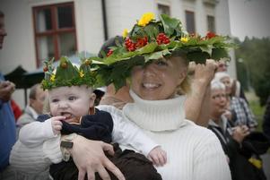 ÅRETS SKÖRDEHATT. Johanna Runarson fick dela första placeringen med sonen Jonathan Runarson, fem månader.