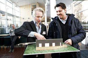 Modell i papp. Christoffer Östlund visar sin grupps husmodell för beställaren Stefan Belin, som överväger att bygga ett hus på en tomt i Hemlingby där han och familjen nu har ett äldre fritidshus. Modellen är framtagen som ett projekt under första terminen på byggnadsingenjörsprogrammet.