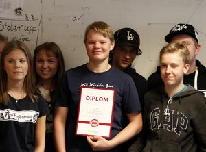 Erik Sundholm Lepistö, kom sjua i matematiktävlingen och här håller han i klassens diplom.