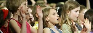 Duktiga. Eleverna har övat på sångerna och rörelserna på varenda en av vårterminens musiktimmar och gjorde ett bra uppträdande i Medborgarhuset i går kväll. Några musiklektioner återstår, och då ska de fortsätta att öva – men nu på sommarsångerna till avslutningen.