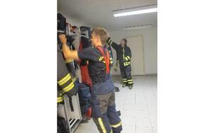 Tobias Hansson (närmast) klär på sig vid utryckningen. Bakom finns Daniel Larsson.