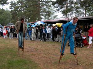 Byakamp. Det blev även byakamp med flera lag. I varje lag deltog fem personer. Det handlade bland annat om att hoppa säck, styltgång och ett skidlopp på barmark.
