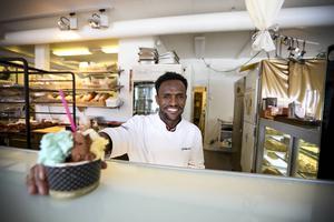 Yousuf Omer från Eritrea jobbar som bagare på Grädda Åre. Han hade lite erfarenhet av branschen och fick därför praktik här på bageriet.