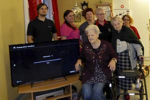 Max Dahlberg Sälldin installerade Lions-tv:n. På bilden även Marika Lööf, Lena Nordlund, Birgitta Myrgren, Brita Eriksson (lionspresident) och Anette Henriksson. Vid tv:n står Rut Persson.