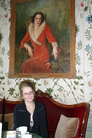 Irene Kimanius berättar om vad som framkommit i de gamla skrifterna över en kopp te på Häringe slott och under överinseende av en av Häringes mer karismatiska slottsdamer; Marguerite Wenner-Gren.