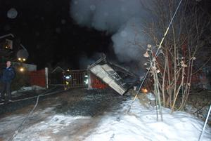 Bara några meter från brandhärden ligger ett bostadshus. När räddningstjänsterna från Säter och Hedemora kom till platsen fick de koncentrera sig på att se till att branden inte spred sig dit.