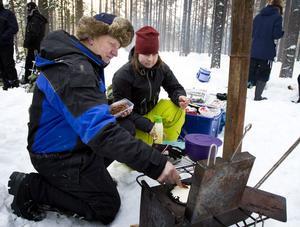 Våfflor med bacon på. Det fixade Ove Sjödin och Johanna Lundin från Hälsingland. Spisen har Ove tillverkat.