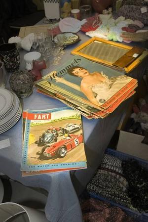 Visst var tidningar snyggare förr! Oavsett om man vill läsa om bilsport eller Hollywoodkändisar.  Barbiedockor är också populära (till höger).