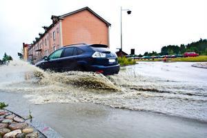 Det ihärdiga regnet ökar risken för vattenplaning på vägarna.